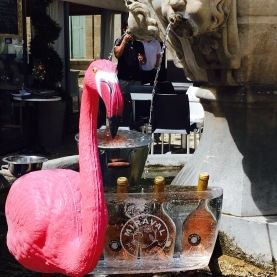 I still haven't figured out what the tasteless flamingo was doing there. But it was clever of them to use the fountain to cool the rosé since it was rather hot: 38 degrees